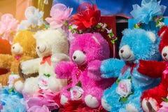 礼物的五颜六色的熊玩偶 库存图片