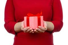 给礼物的女孩 免版税库存照片