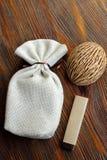 礼物的小纤维囊在木桌上用巧克力和 免版税库存图片