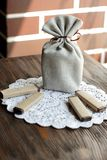 礼物的小纤维囊在木桌上用巧克力 免版税库存图片