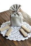 礼物的小纤维囊在木桌上用巧克力 免版税库存照片