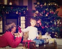 给礼物的父亲和儿子在圣诞节 免版税图库摄影