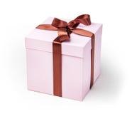 礼物的精美桃红色箱子,光,与棕色丝带 免版税库存照片