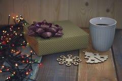 礼物盒、圣诞树和雪花,在桌上的杯子 库存图片
