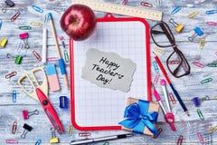 礼物盒、苹果和卡片 免版税库存照片