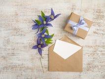 礼物盒、蓝色花和贺卡 库存照片