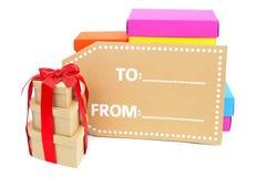 礼物盒不同的大小和颜色和一个空白的标签 免版税库存图片