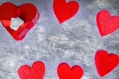 礼物盒以心脏的形式和栓与与弓的一条红色丝带以玫瑰的形式是一装饰涂层ametiruum fu 免版税库存图片