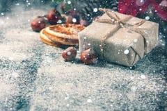 礼物盒包裹了亚麻布和装饰用绳子,黄麻,在棕色葡萄酒木板背景的圣诞节装饰 画 免版税库存照片