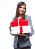 礼物盒反对白色背景的女商人举行 库存照片