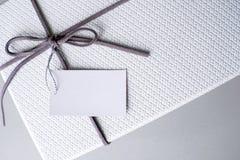 礼物盒和丝带与标记的华伦泰礼物 免版税图库摄影