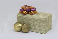 礼物盒和两个金鱼球在白色背景 免版税库存照片