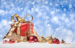 礼物盒和中看不中用的物品在雪 免版税库存照片
