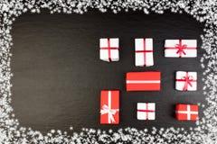 礼物盒和五颜六色的礼物圣诞节的在黑板 与拷贝空间的顶视图 免版税图库摄影