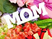 礼物盒和人造花为母亲节 库存图片