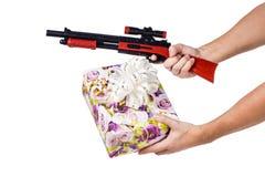 礼物盒和儿童猎枪 免版税库存图片