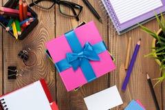 礼物盒和办公用品在办公室桌 免版税库存照片