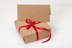 礼物盒和卡片在白色木背景 免版税图库摄影