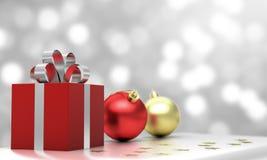 礼物盒和圣诞节球投入了银色布料有白色bokeh背景 免版税图库摄影