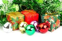 礼物盒和圣诞节球 免版税库存图片