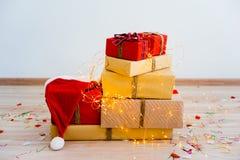 礼物盒和圣诞节礼物 免版税库存图片