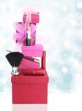 礼物盒和妇女化妆用品 免版税库存照片