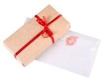 礼物盒和情书 免版税库存图片