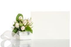 礼物盒和白玫瑰与空的卡片您的发短信 库存照片