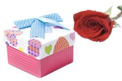 礼物盒和红色上升了 库存图片