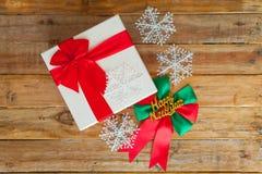 礼物盒和红色丝带在木背景与空间 免版税库存图片
