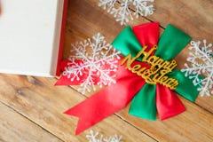 礼物盒和红色丝带在木背景与空间 图库摄影