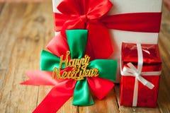 礼物盒和红色丝带在木背景与空间 免版税图库摄影