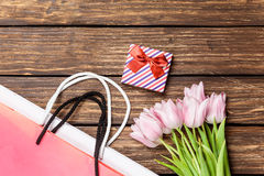 礼物盒和袋子与花束ofr郁金香 免版税库存图片