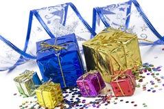 礼物盒和装饰丝带在五彩纸屑背景  免版税库存照片