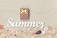 礼物盒和词夏天 免版税库存图片