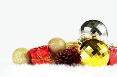 礼物盒和镜子球 免版税库存照片