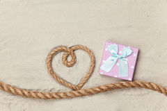 礼物盒和绳索在心脏形状 库存照片