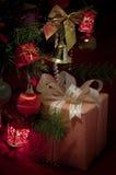 礼物盒和xmas结构树装饰 免版税库存照片