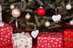 礼物盒在圣诞树下 免版税库存图片