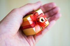 礼物盒在手边 免版税库存照片