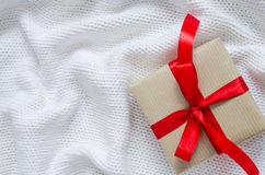 礼物盒在牛皮纸和栓与丝带 免版税库存图片