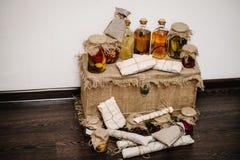 礼物盒在麻袋布被包装,与在封皮的家庭产品 侧视图 惊奇 圣诞节的自创手工制造香肠 免版税库存照片