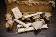 礼物盒在麻袋布被包装,与在封皮的家庭产品 自创手工制造香肠 冬天库存在家罐头 库存图片