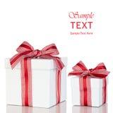 礼物盒存在葡萄酒红色空白丝带查出 免版税库存照片