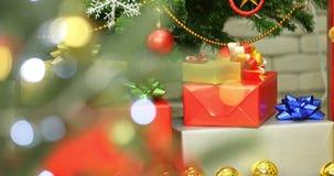 礼物盒平的被放置的场面录影在木桌上的 股票视频