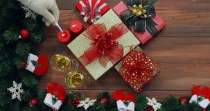 礼物盒平的被放置的场面录影在桌上的 股票视频