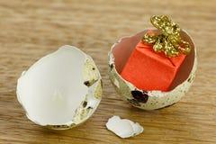 礼物盒惊奇概念,开放蛋壳标志的出生 免版税库存图片