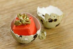 礼物盒惊奇概念,开放蛋壳标志的出生 免版税库存照片