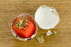 礼物盒惊奇概念,开放蛋壳标志的出生 免版税图库摄影