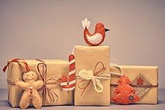 礼物盒手工造堆,姜饼 圣诞节 免版税库存照片
